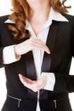 Mulher de negócio que tem as mãos na frente de sua barriga, espaço vazio. Fotografia de Stock