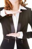 Mulher de negócio que tem as mãos na frente de sua barriga, espaço vazio. Imagem de Stock Royalty Free