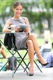 Mulher de negócio que usa a tabuleta na ruptura Fotografia de Stock