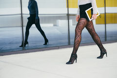 Mulher de negócio 'sexy' que anda a seu trabalho Foto de Stock