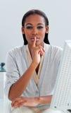 Mulher de negócios africana que pede o silêncio Imagem de Stock