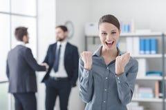 Mulher de negócios alegre com punhos aumentados Fotografia de Stock