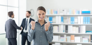 Mulher de negócios alegre com punhos aumentados Foto de Stock