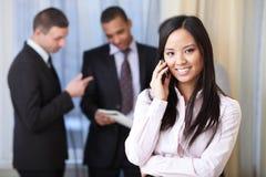Mulher de negócios asiática nova no telefone Imagens de Stock
