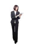 Mulher de negócios cheia do comprimento que sorri usando o PC da tabuleta Imagens de Stock