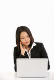Mulher de negócios chinesa que trabalha em Lapto Fotografia de Stock