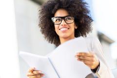 Mulher de negócios com cabelo afro Fotos de Stock