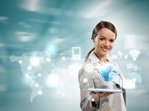 Mulher de negócios com PC da tabuleta Fotografia de Stock