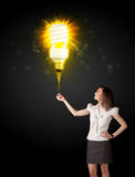Mulher de negócios com um bulbo eco-amigável Imagens de Stock