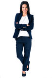 Mulher de negócios de sorriso que está com os braços dobrados Fotografia de Stock