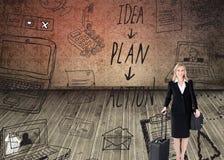 Mulher de negócios de sorriso que guarda uma mala de viagem Imagens de Stock