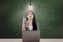 Mulher de negócios e bulbo iluminado Fotografia de Stock