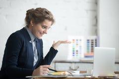 Mulher de negócios eufórico nova Fotos de Stock Royalty Free