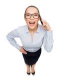 Mulher de negócios feliz nos monóculos com smartphone Foto de Stock Royalty Free