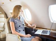 Mulher de negócios Looking Through Window de privado Fotografia de Stock Royalty Free
