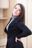 Mulher de negócios nova com da dor parte traseira dentro Imagens de Stock