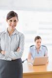Mulher de negócios nova com os braços cruzados Fotos de Stock