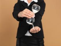 mulher de negócios nova que prende o hourglass quebrado Imagens de Stock