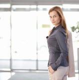 Mulher de negócios nova que sae do escritório Imagens de Stock Royalty Free