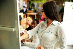 Mulher de negócios que apresenta algo em uma reunião Fotos de Stock Royalty Free