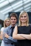 Mulher de negócios que conduz sua equipe com braços dobrados Imagem de Stock Royalty Free