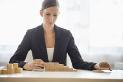 Mulher de negócios que constrói um gráfico do sucesso Foto de Stock