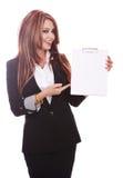 Mulher de negócios que demonstra com prancheta Fotos de Stock Royalty Free