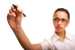 Mulher de negócios que desenha um diagrama ou uma carta Imagens de Stock