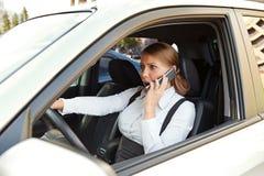 Mulher de negócios que fala irritadamente no telefone Fotografia de Stock