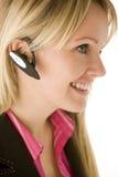 A mulher de negócios que fala nas mãos telefona livre Fotografia de Stock Royalty Free