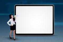 Mulher de negócios que grita com copyspace Fotografia de Stock