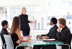 Mulher de negócios que relata às vendas em um seminário Fotos de Stock