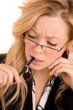 Mulher de negócios que resolve um problema Imagens de Stock Royalty Free