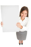 Mulher de negócios que sustenta um sinal vazio Imagem de Stock