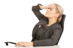 Mulher de negócios que tem a dor de cabeça enorme Fotos de Stock Royalty Free