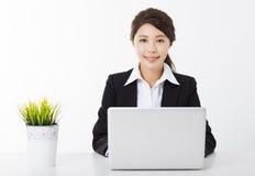 Mulher de negócios que trabalha com portátil e a planta verde Imagens de Stock