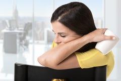 Mulher de negócios Sitting em um sono da cadeira Fotos de Stock
