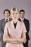 Mulher de negócios Standing In Front Of Businessmen Foto de Stock