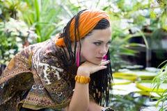 Mulher de olhos azuis bonita com as tranças africanas Imagem de Stock