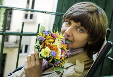 Mulher de olhos verdes com um ramalhete dos wildflowers Imagem de Stock Royalty Free