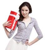 A mulher de Oung entrega um presente do Natal Fotografia de Stock