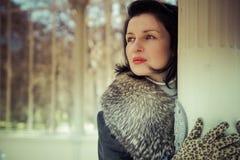 Mulher de Palace.Beautiful no inverno. Modelo de forma Girl da beleza na Imagens de Stock Royalty Free