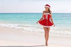Mulher de Papai Noel na praia fotos de stock