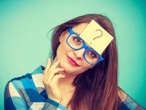Mulher de pensamento com monóculos grandes e a ampola Imagem de Stock Royalty Free