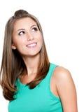 Mulher de pensamento de sorriso que olha acima Fotografia de Stock Royalty Free