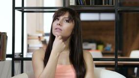 A mulher de pensamento obteve a ideia nova, interna video estoque