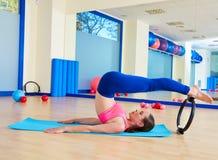 A mulher de Pilates rola sobre o exercício mágico do anel fotografia de stock
