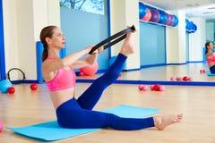 A mulher de Pilates scissor o exercício mágico do exercício do anel foto de stock