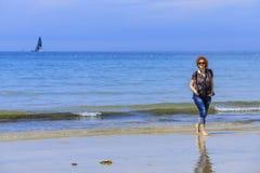 Mulher de Redhed no litoral fotografia de stock