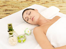 Mulher de relaxamento no salão de beleza dos termas da beleza Imagem de Stock